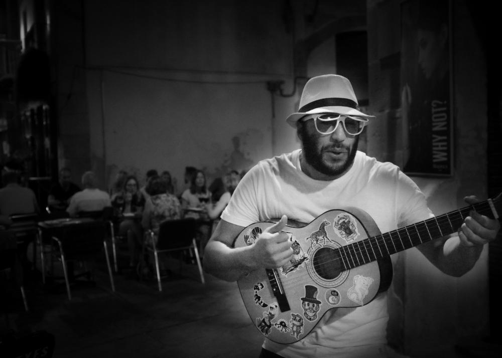 barcelona, busker, singer, monochrome